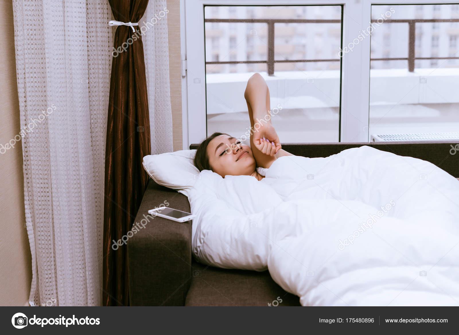 Dziewczyna Obudził Się Wcześnie Rano W Dzień Jej Wyłączyć