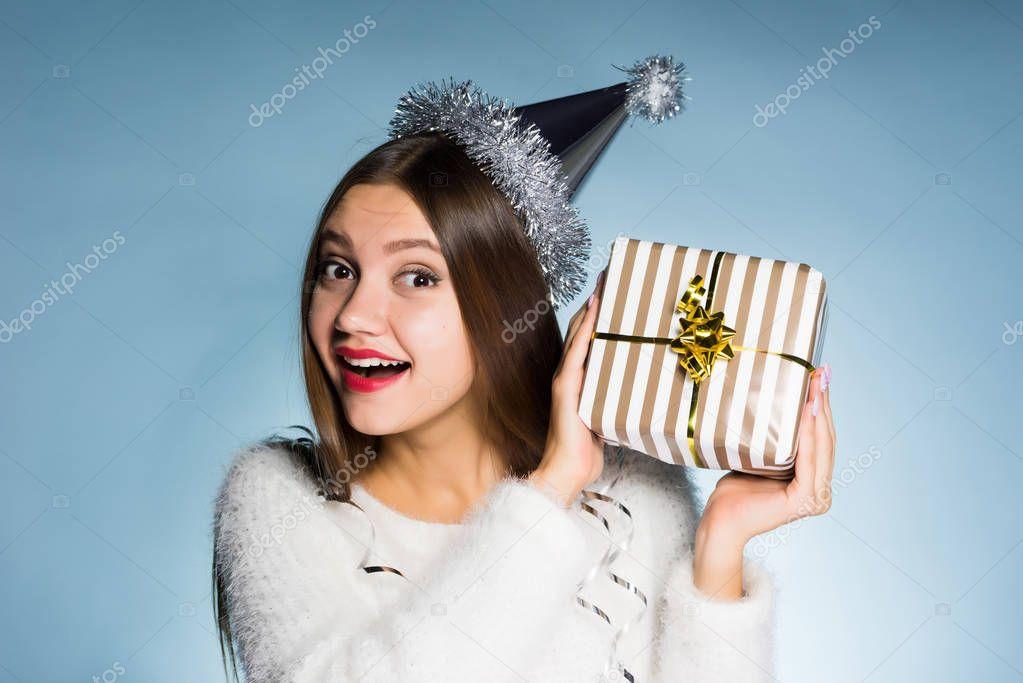heureuse jeune fille souriante a re u un cadeau pour la nouvelle ann e 2018 ne sait pas ce qui. Black Bedroom Furniture Sets. Home Design Ideas
