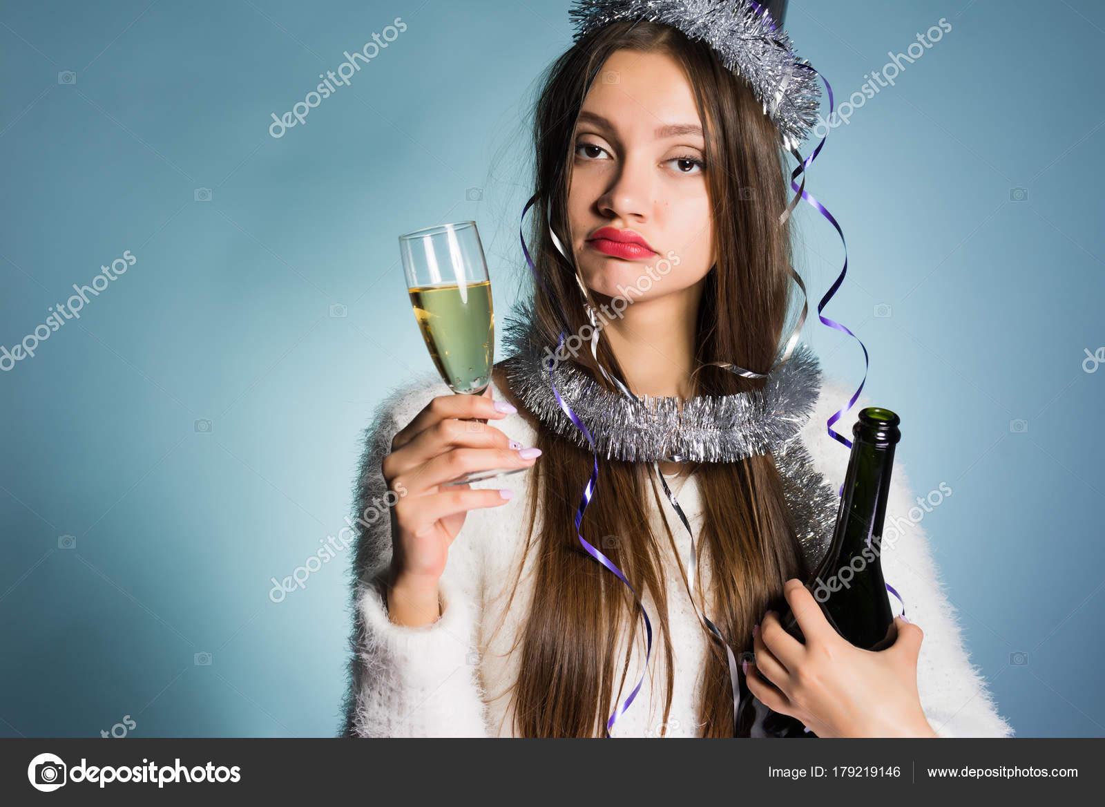 bf9a6a4f8f Chica borracha cansada no duerme toda la noche y celebra el año nuevo,  bebió un montón de champagne - imágenes: graciosas de brujas borrachas —  Foto de ...
