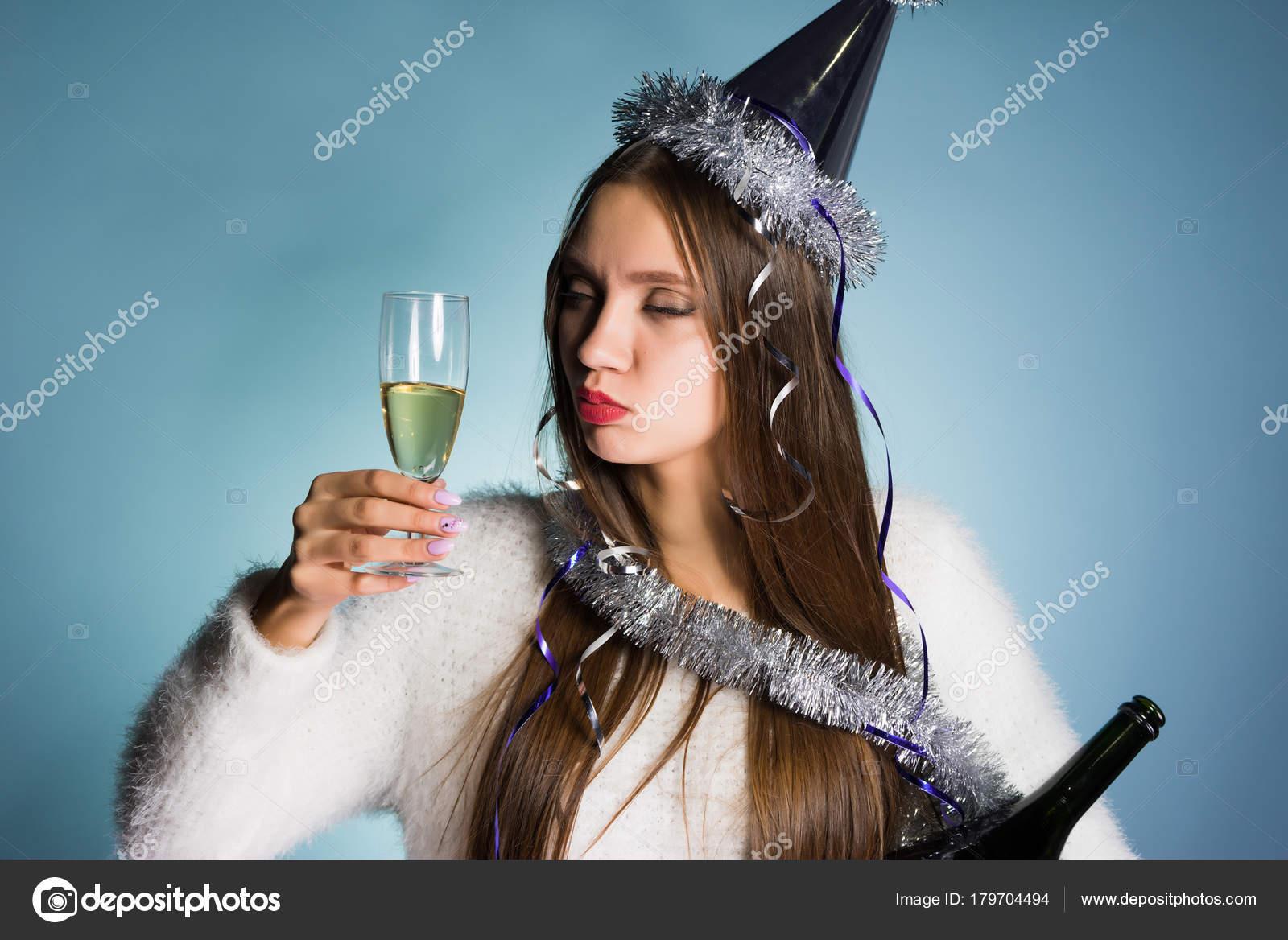 746615c9b7 Chica borracha joven divertida celebra un año nuevo solo, bebe champán de  una copa– imagen de stock