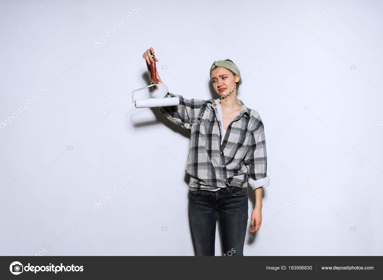 üzgün üzgün Genç Kız Ekose Gömlekli Rulo Boya Duvarlar Için Tutar
