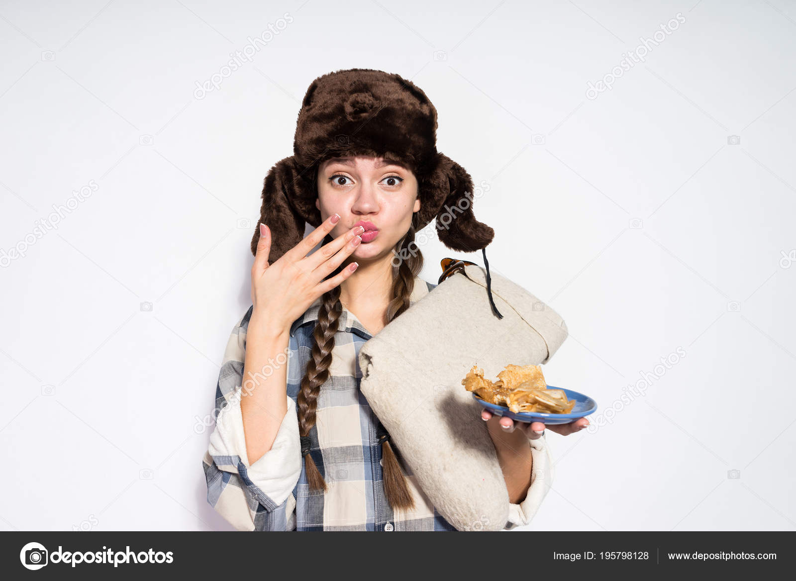 uma jovem russa com rabo de cavalo e um chapéu quente gorro come