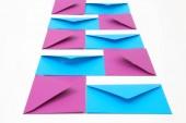 Různé barevné obálky na stůl