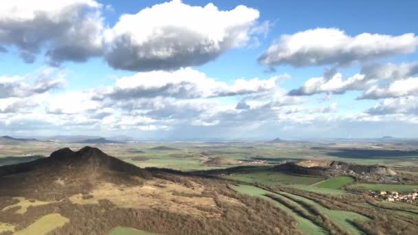 Pohled z vrcholu kopce Oblik. Podzimní krajina ve středohoří, Česká republika. Časová prodleva
