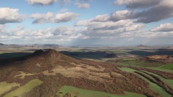 Pohled z vrcholu kopce Oblik. Podzimní krajina ve středohoří, Česká republika