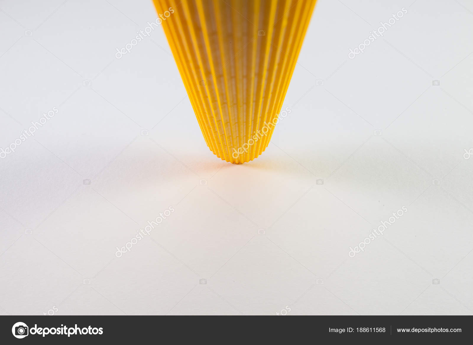 Rouleaux de carton ondulé papier jaune sur le bureau blanc