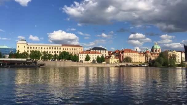Praha, Česká republika - 26 duben, 2018: pohled na Vltavu a Karlův most v Praze, Česká republika. Cíl cesty.