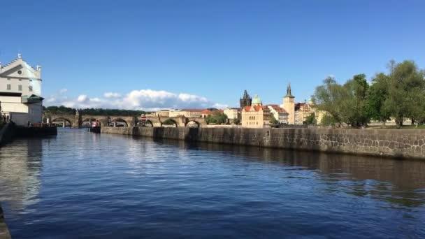 Pohled z Kampa na Karlově mostě v Praze při západu slunce. Cíl cesty