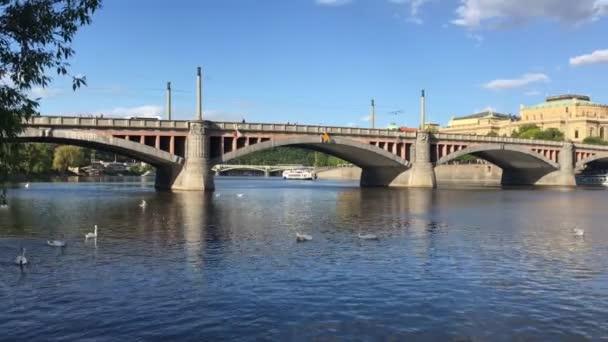 Praha, Česká republika - 26 duben, 2018: pohled na řeku Vltavu a The Most Mánes v Praze, Česká republika. Cíl cesty