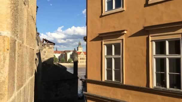 Praha, Česká republika - 26 duben, 2018: pohled z Karlova mostu na řece Vltavě a pražské architektury, Praha, Česká republika. Cíl cesty.