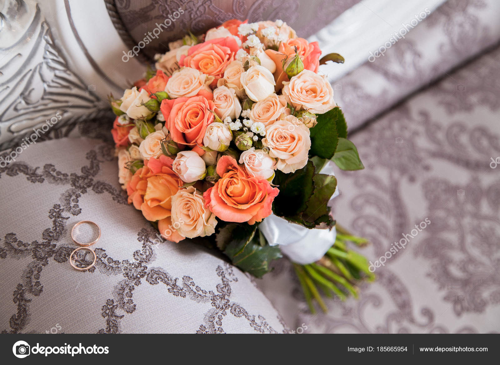 Bouquet Sposa Arancio.Wedding Bouquet Orange White Roses Wedding Rings Stock Photo