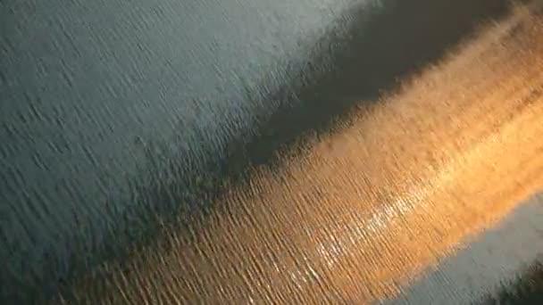 A napfény, a víz hullámok