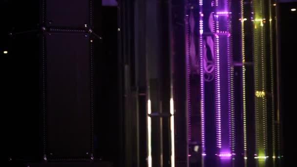 https://st3.depositphotos.com/1147338/12913/v/600/depositphotos_129136916-stockvideo-laser-verlichting-in-pub-weergeven.jpg