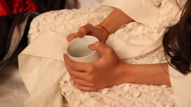 weibliche Hand mit Tasse