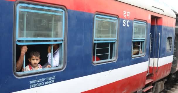 Děti ve vlaku, Hyderabad, Indie
