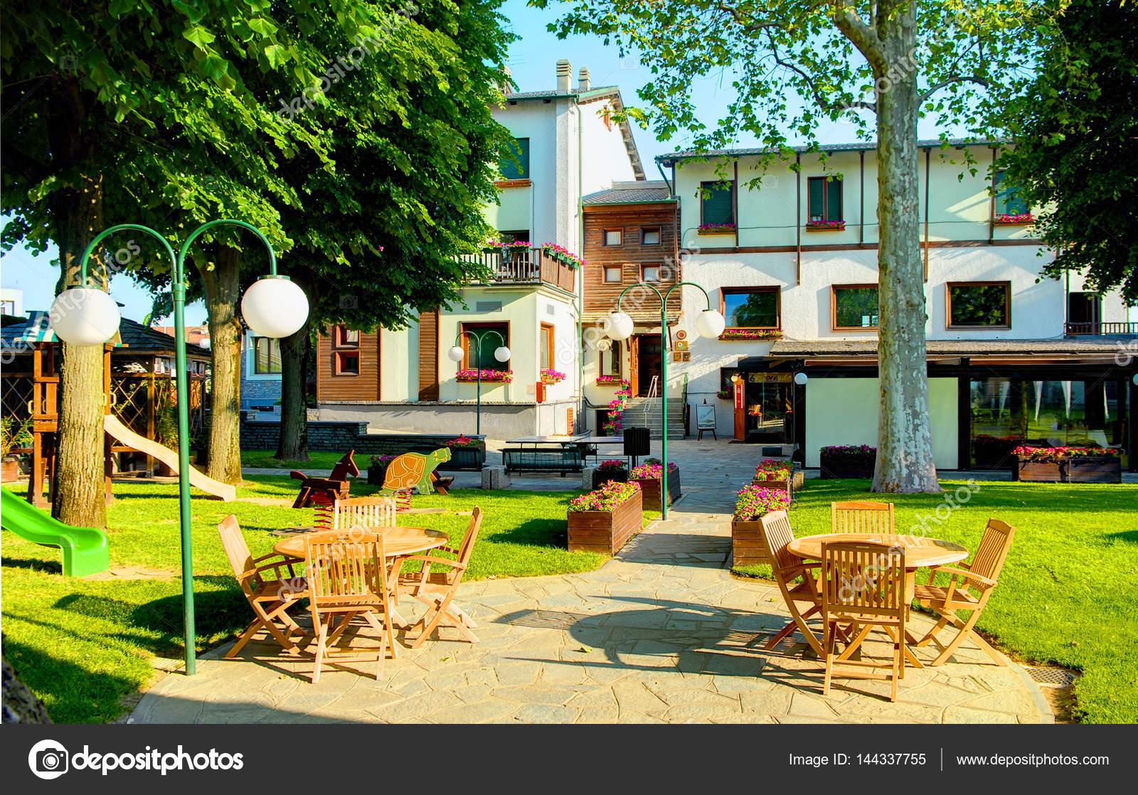 savigliano italie 25 mai 2010 ext rieure vue sur le jardin int rieur de l h tel de le. Black Bedroom Furniture Sets. Home Design Ideas