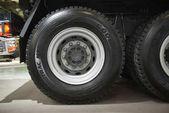 Moskva, září 5, 2017: Pohled na Volvo truck kola a pneumatiky. Auto ráfek. Podvozek vozidla vykazují na komerční dopravní výstavy Comtrans-2017. Obchodní dopravy auto truck kola pneumatiky