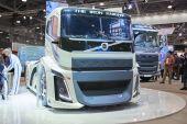 Moskva, září 5, 2017: Pohled na bílý Volvo drag race vysokorychlostní nákladní exponátu na komerční dopravní výstavy Comtrans-2017. Poslední úspěchy, automobilový průmysl. Nákladní automobily autobusy automobily vlastní vozidla