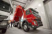 Moskva, září 5, 2017: Pohled na Volvo sklápěč exponátu na komerční dopravní výstavy Comtrans-2017. Volvo obchodní doprava na stánku stojan. Nová moderní komerční dampry auta