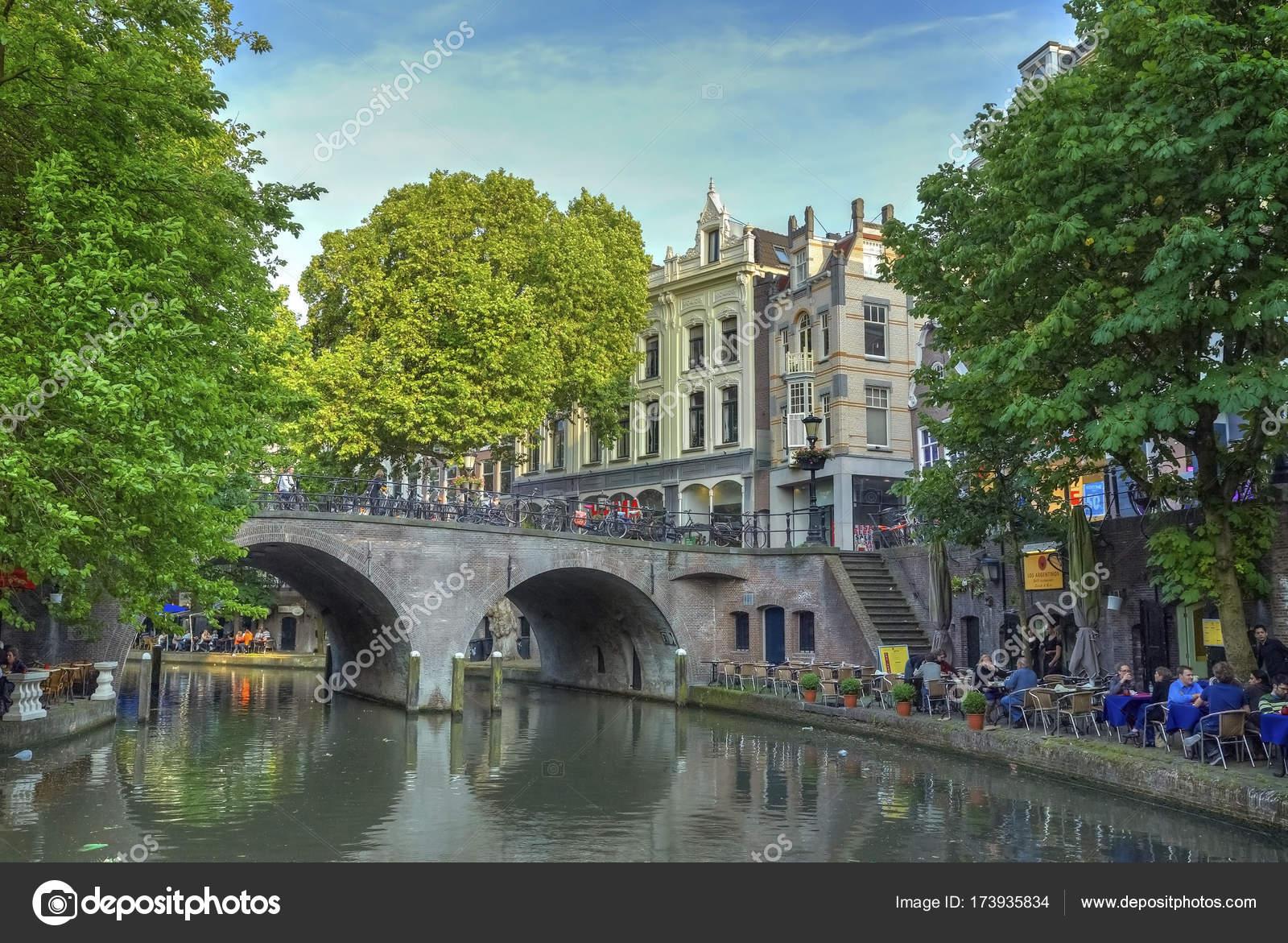 夏観ヨーロッパの古い古典的な建物住宅市水チャネル レンガの橋と野外レストランとカフェ ツアー休暇ヨーロッパ建築の人々 のユトレヒト、オランダ、2017  年 6 月 14
