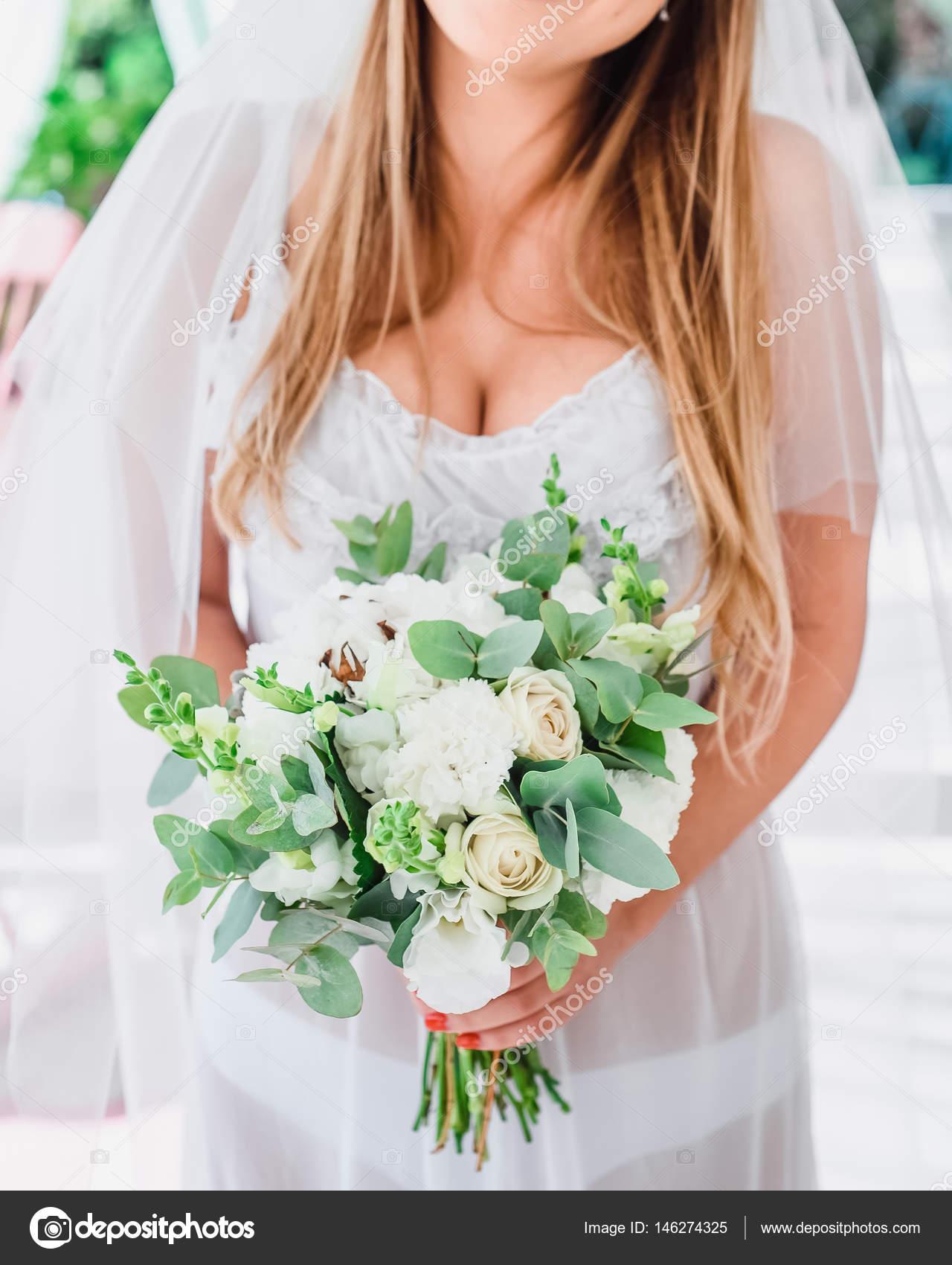 Noiva Do Casamento Com Um Buquê De Manhã Sobre As Flores Da