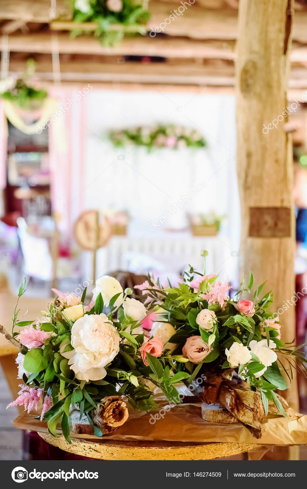 Svatebni Dekorace Drevene Ruzove Kvety Stuhy Stock Fotografie
