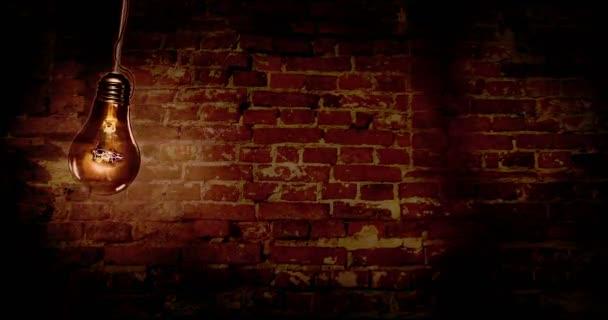 Horor na pozadí, strašidelnou atmosféru staré cihly zdi s staré žárovky na kyvadlo. Koncepce animace úzkosti a strachu nálady