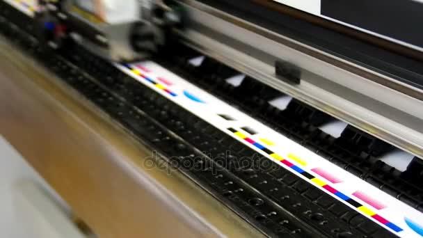 Plotru hlavy tisk Cmyk test na bílém papíře. Pracovní stroje digitální velké inkoustové.