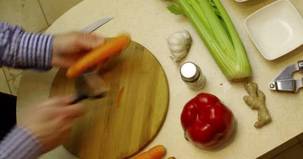 Jídlo tvorby v době uplynutí animaci. Krájení zeleniny, přípravě a smažení složek pro vegetariánské zalomit sendvič.