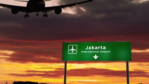 Silueta letadla přistávající v Jakartě v Indonésii. Město příjezd s letištním ukazatelem směru a západ slunce v pozadí. Trip a dopravní koncept 3D animace.