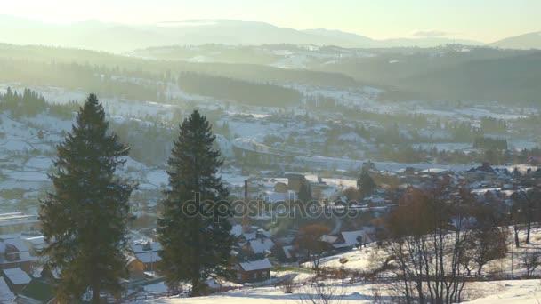 Vesnice hory mraky západ slunce mlha