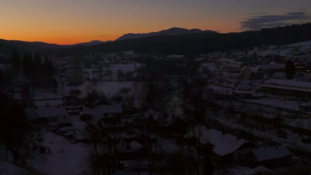 Slunce ranní úsvit zimní vesnice