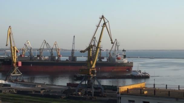 Loď přístavní jeřáb