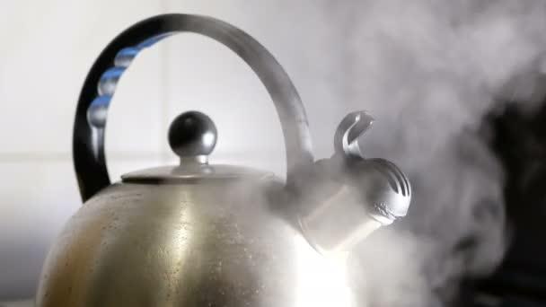 Herd-Wasserkocher kochend heiß — Stockvideo © Grishayev #181689550