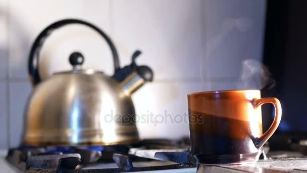 Herd-Wasserkocher kochend heiß — Stockvideo © Grishayev #181695582