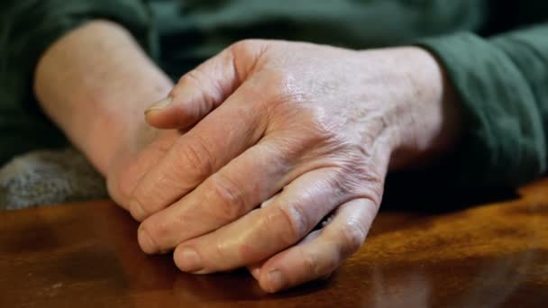 Rukou starý život dospělého