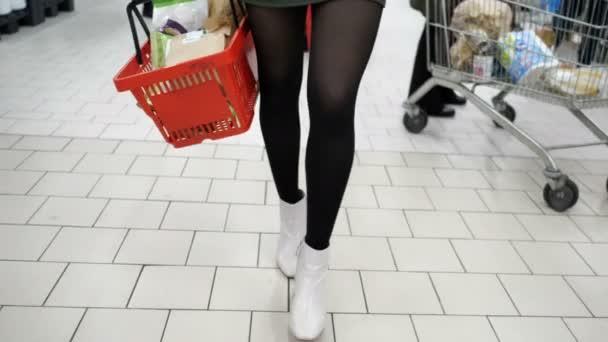 Nő bevásárló sétáló központ piac