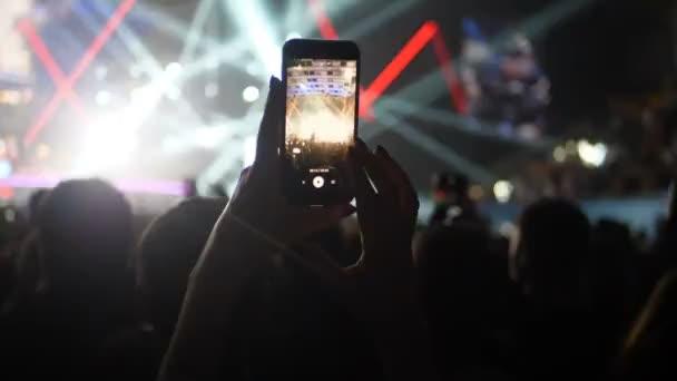 Rockkonzert soziales Netzwerk Smartphone Mobiltelefone Fan