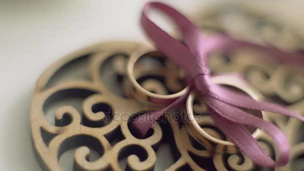 Svatební pozadí. Ženich a nevěsta prsten Svatodušní příslušenství