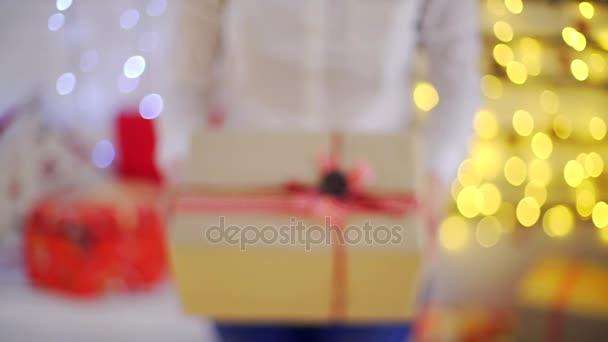 gott nytt år gratulationer Nära upp hanen ger en gåva, gratulera varandra ett gott nytt år  gott nytt år gratulationer