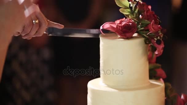 Pár rozdělí světle svatební dort