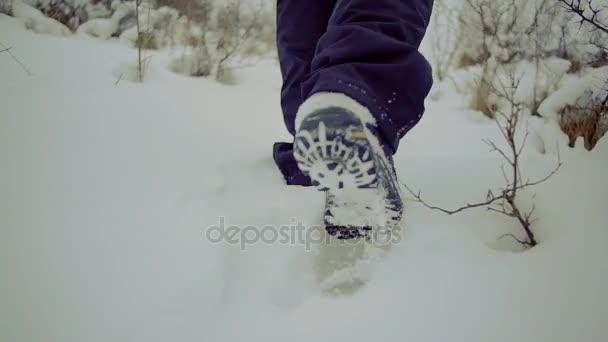 lassú mozgás. séta a férfiak fikarcnyi backpackfoot láb mélyhó a hó a téli táj közelről
