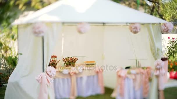 schönes Festzelt für einen Hochzeitsbonbon-Tisch.