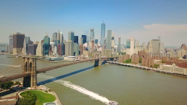 Letecká dron pohled na New York finanční čtvrti Manhattanu, Brooklyn Bridge