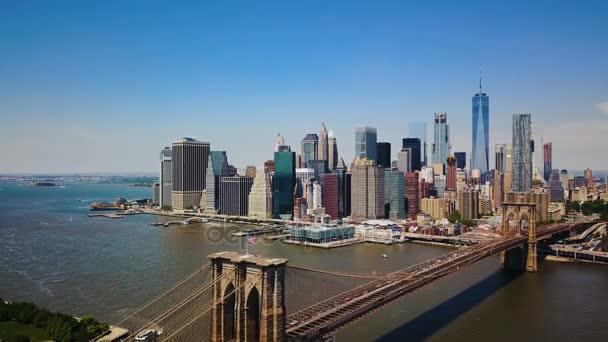 Letecké dron pohled na New York finanční čtvrti Manhattanu, Brooklynský most a řeku Hudson, panoramatický pohled