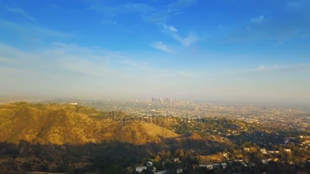 Downtown Los Angeles. Letecké záběry downtown Los Angeles při západu slunce - východ slunce s jasnou oblohou