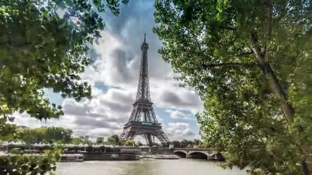 Kilátás az Eiffel-torony Párizs Franciaország keretes fák