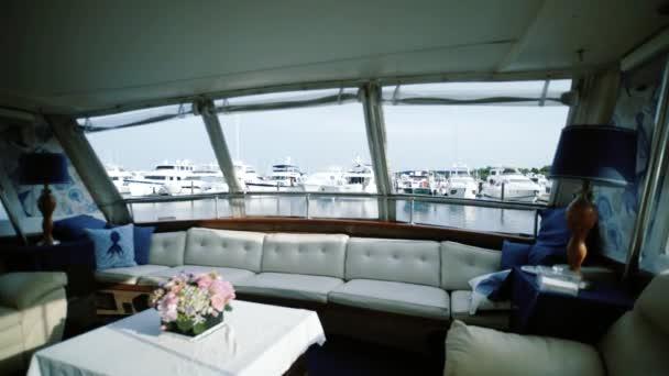 pohled z mola spousta lodí s loděmi s luxusním interiérem, pohyb kamery