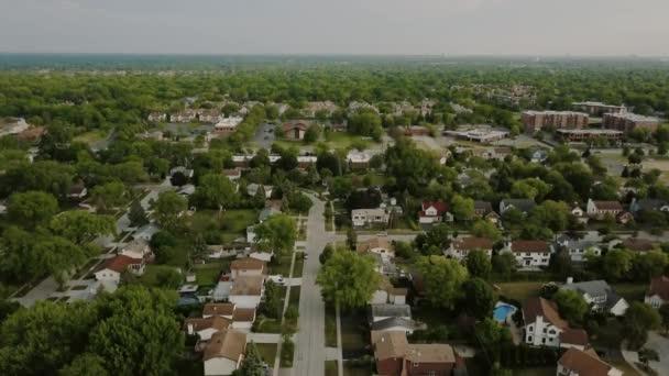 Letecký pohled na předměstské čtvrti. hukot dolů