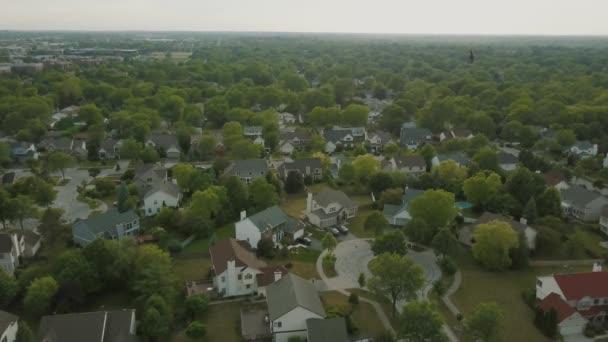 A légi felvétel a külvárosi környéken. mozgatni a drone